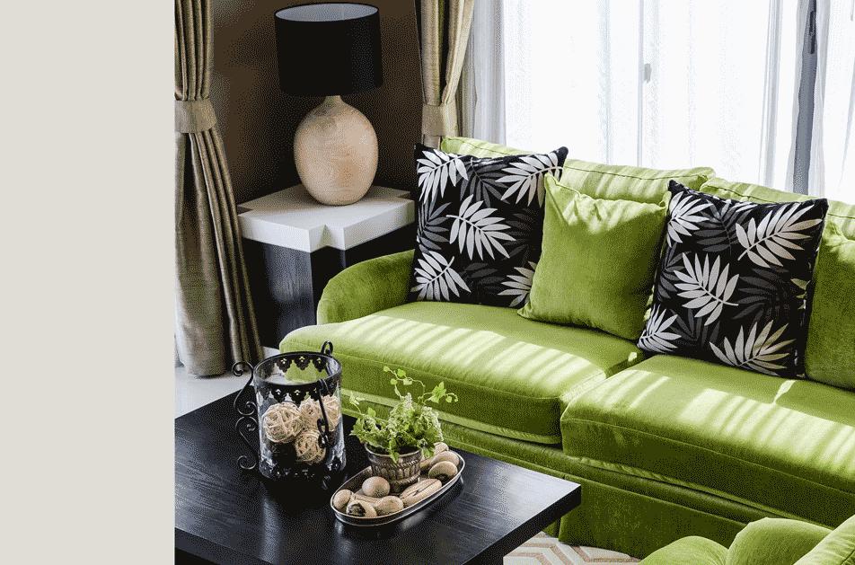 Soft Glam Wohnzimmer Moosgrün weiß schwarz