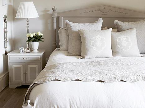 Modernes Landhaus Schlafzimmer in Taupe mit Bett Nachttisch und Lampe