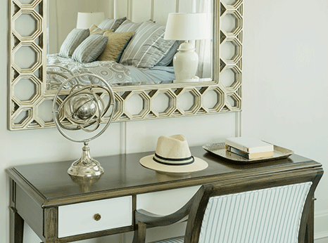 Maritimes Schlafzimmer Bett Tisch und Sell in beige und blau