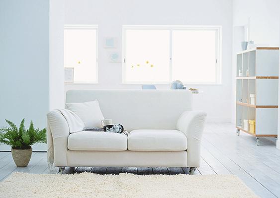 Raumgestaltung Wohnzimmer Couch weiss Teppich