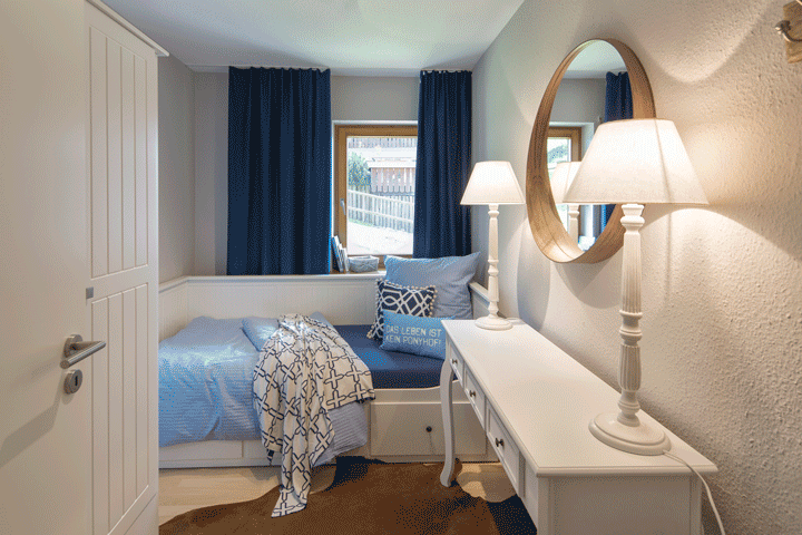 kleines gästezimmer maritimer stil landhaus stil konsole mit leuchten daybed