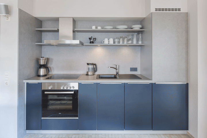 kuechenzeile kleine kueche dunkelblau betonoptik moderne kueche