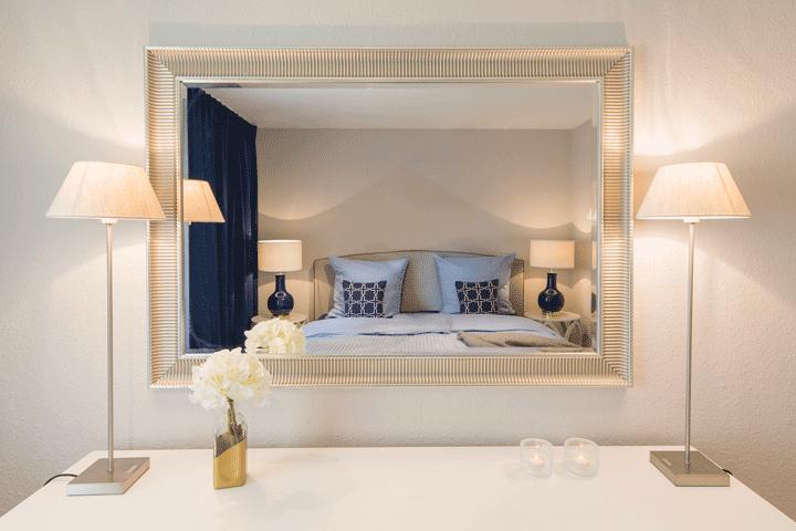 schlafzimmer mit spiegel kommode mit leuchten