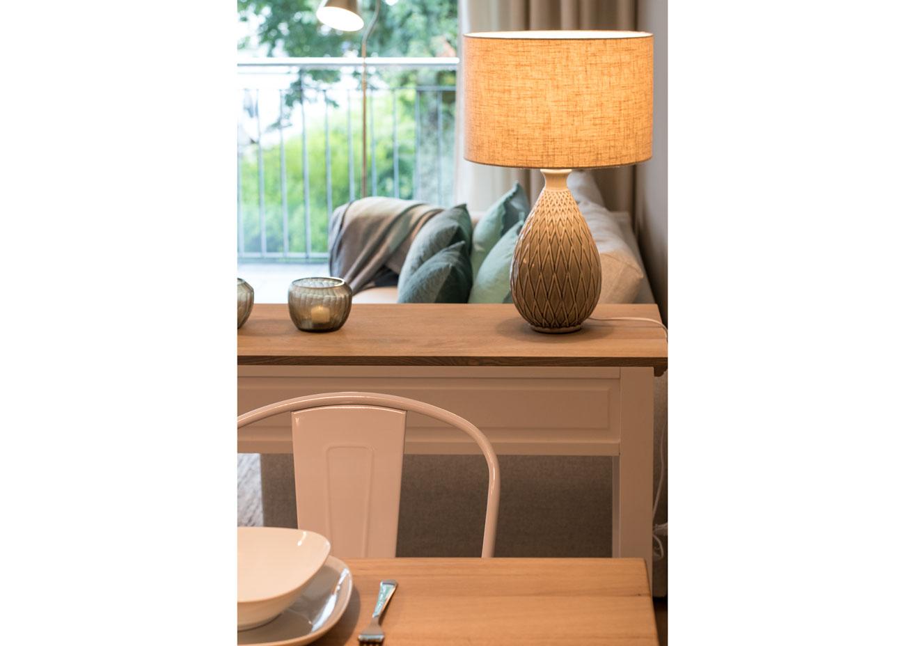 Ferienwohnung einrichten couch mit kissen tischleuchten konsole teelicht