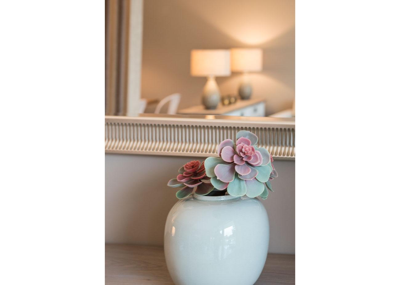 Ferienwohnung einrichten vase mit blumen leuchte kommode spiegel