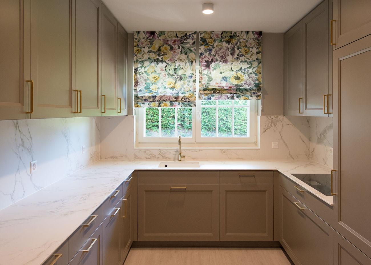 haus renovierung ideen küche marmor taupe fronten raffrollo blumen
