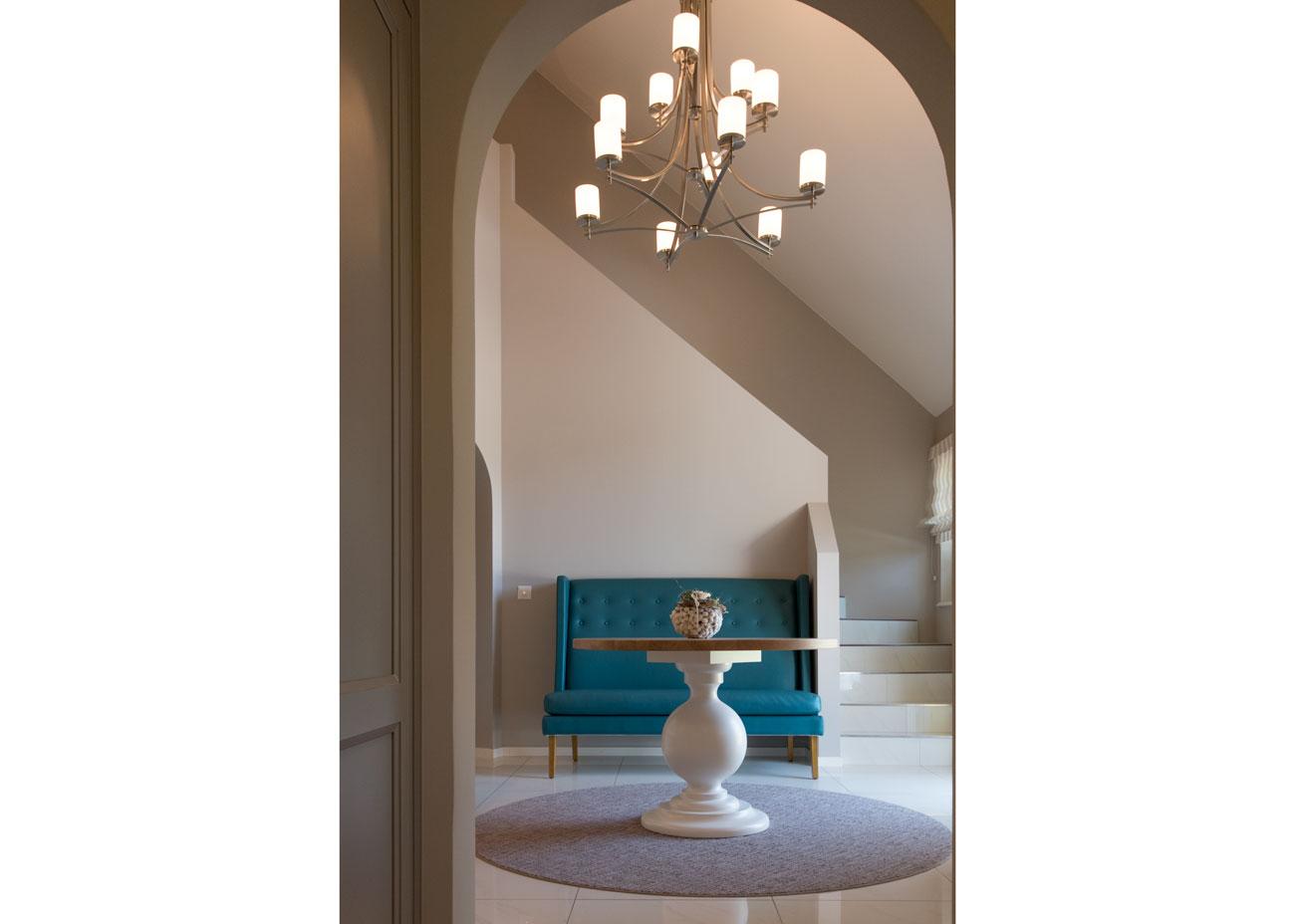 haus renovierung ideen eingangshalle kronleuchter bank tisch treppenaufgang