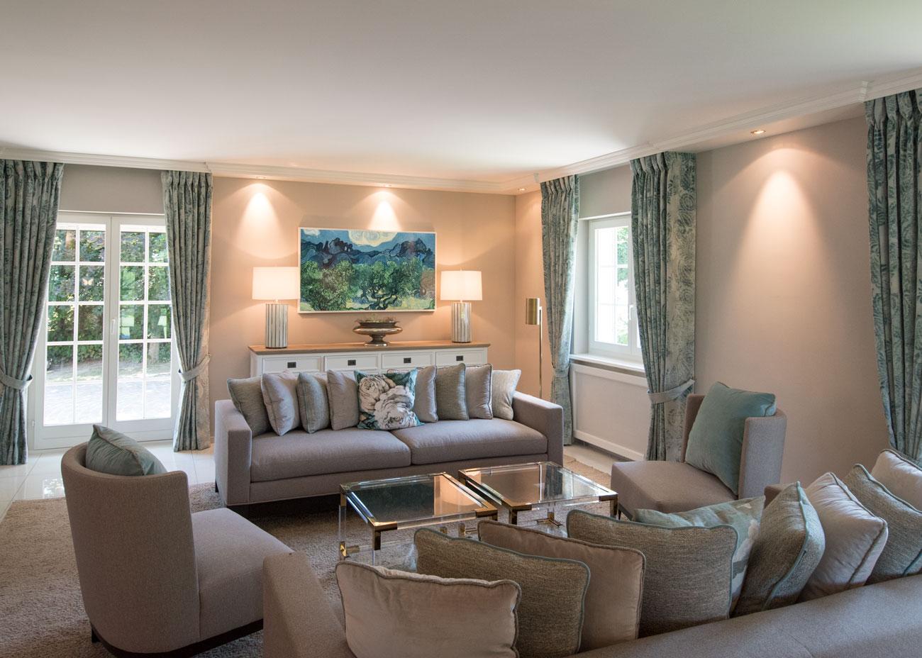 haus renovierung ideen wohnzimmer couch sessel kissen taupe türkis leuchten vorhänge