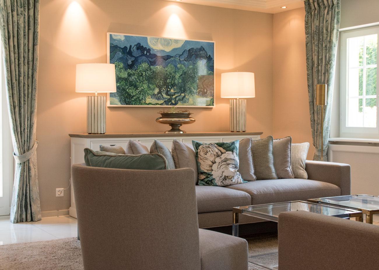 haus renovierung ideen wohnzimmer couch kissen taupe türkis leuchten kommode vorhänge glastisch