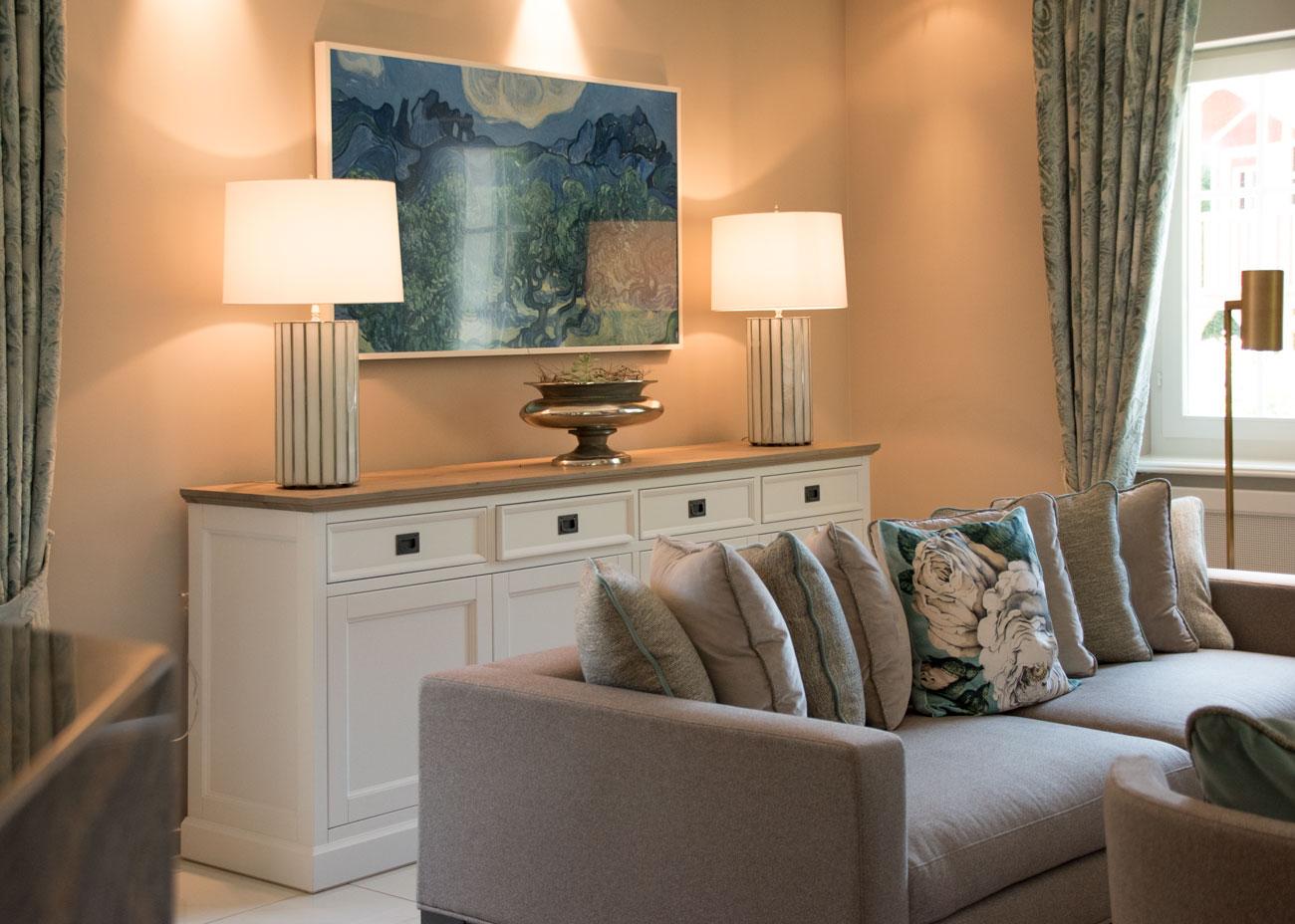 haus renovierung ideen wohnzimmer leuchten kommode vorhänge glastisch TV