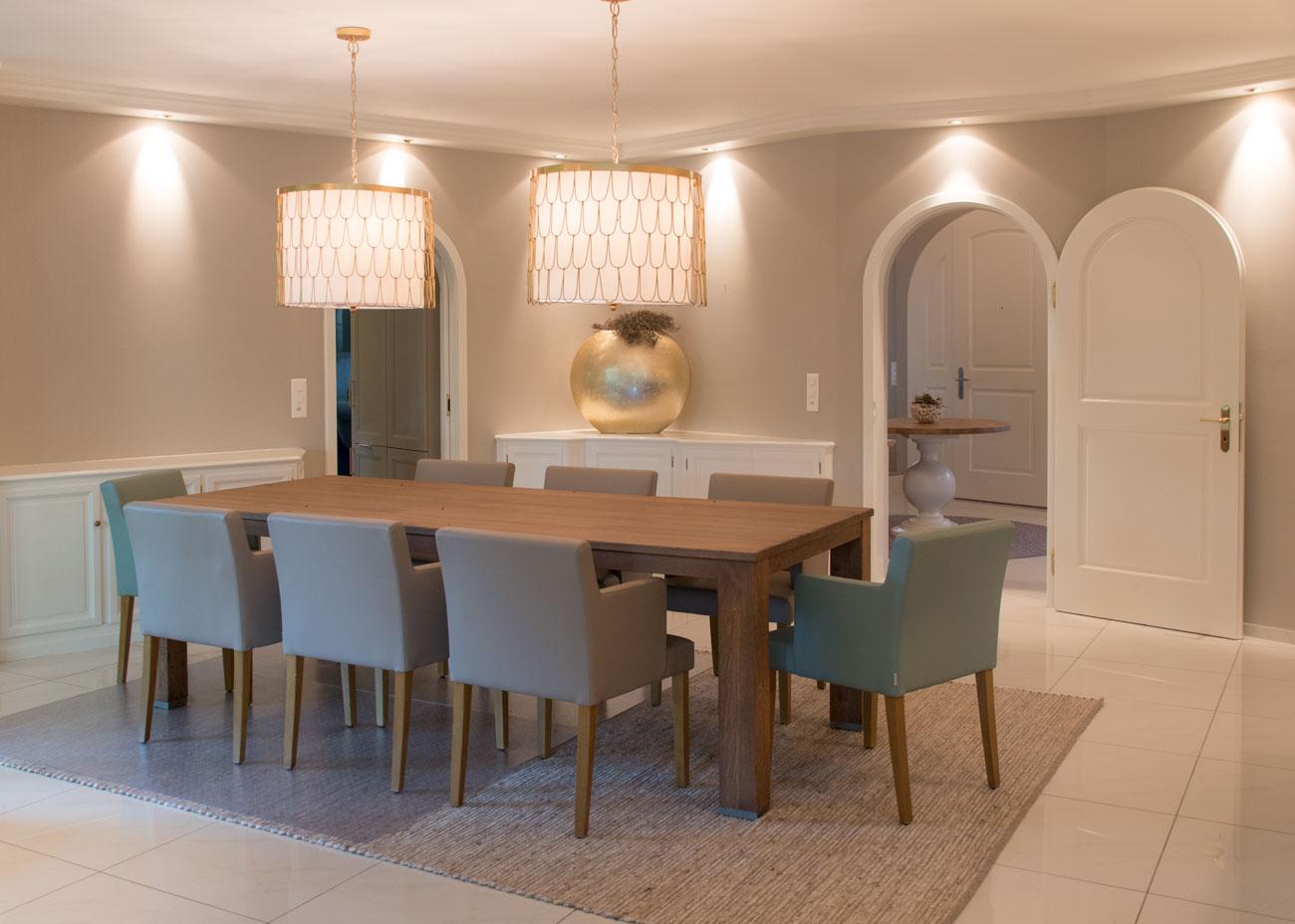 haus renovierung ideen esszimmer holztisch leuchten gold stühle teppich runde türen