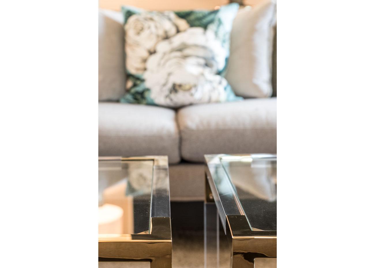 haus renovierung ideen wohnzimmer kissen mit rose glastisch