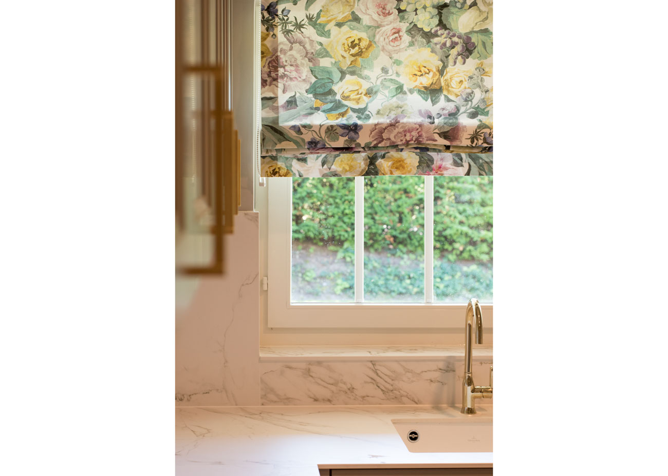 haus renovierung ideen küche marmor taupe fronten raffrollo blumen wasserhahn gold