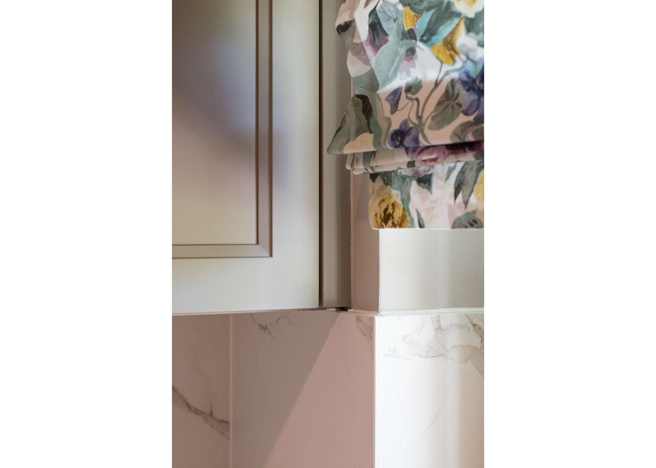 haus renovierung ideen küche marmor taupe fronten mit rahmen raffrollo floral