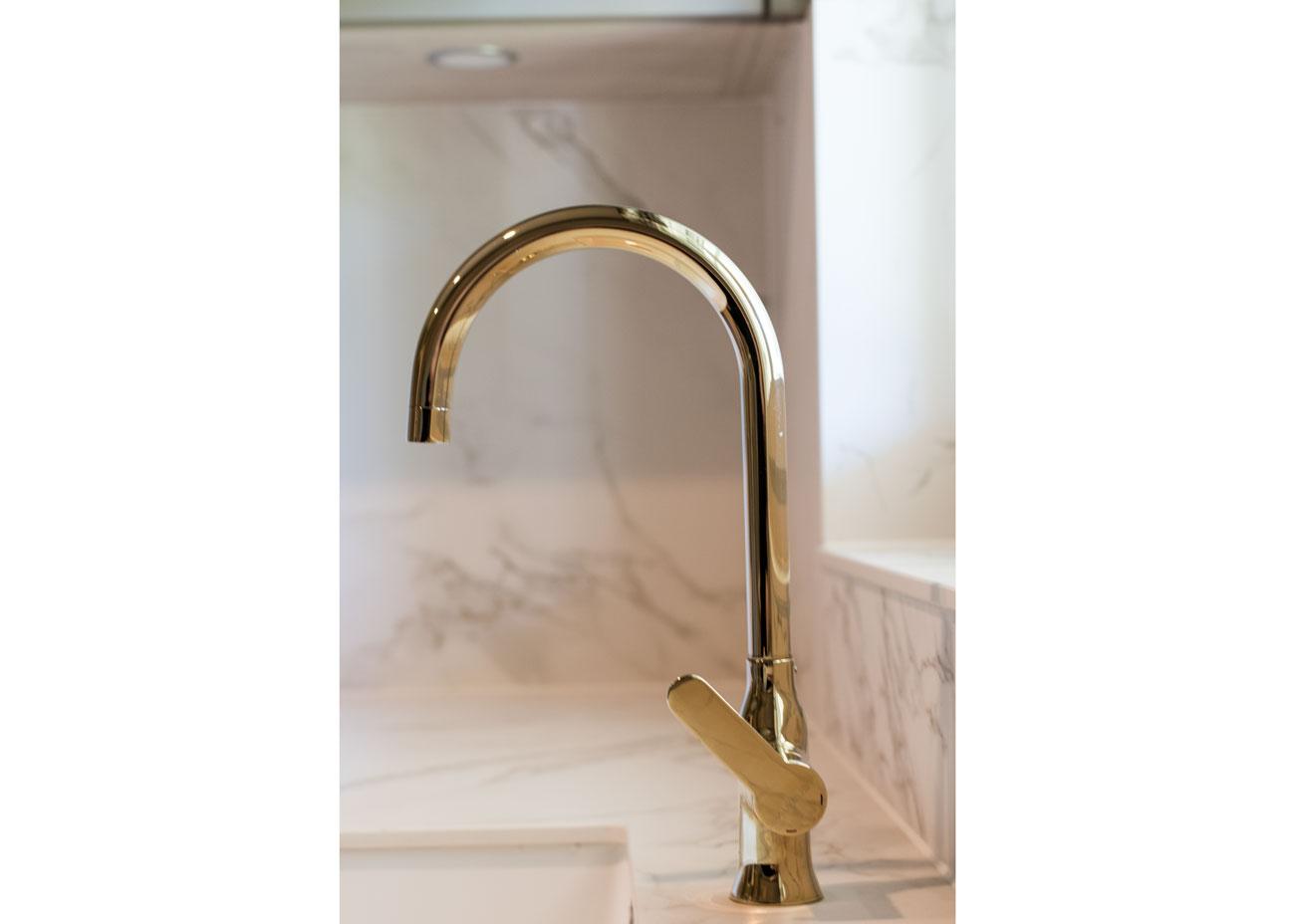 Haus renovierung ideen küche wasserhahn gold marmor platte