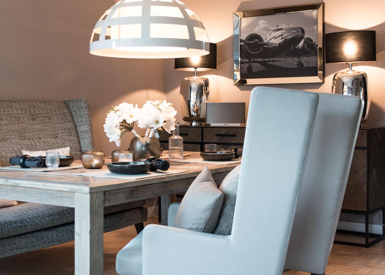 Wohnung renovieren esstisch holz pendelleuchte leuchten schwarz bild sessel beige