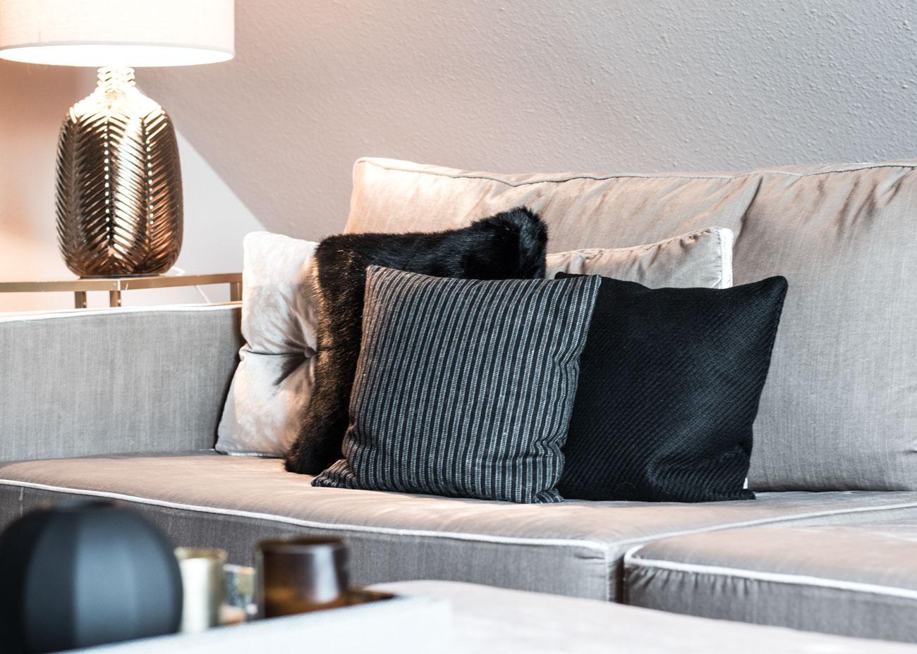 Wohnung renovieren wohnzimmer couch samt taupe kissen schwarz leuchte