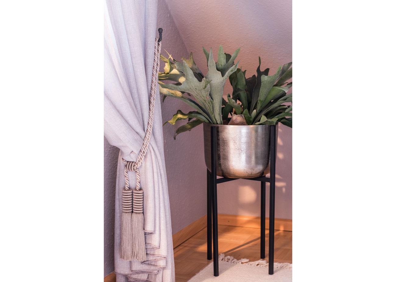 Wohnung renovieren wohnzimmer vorhnag raffhalter pflanztopf silber