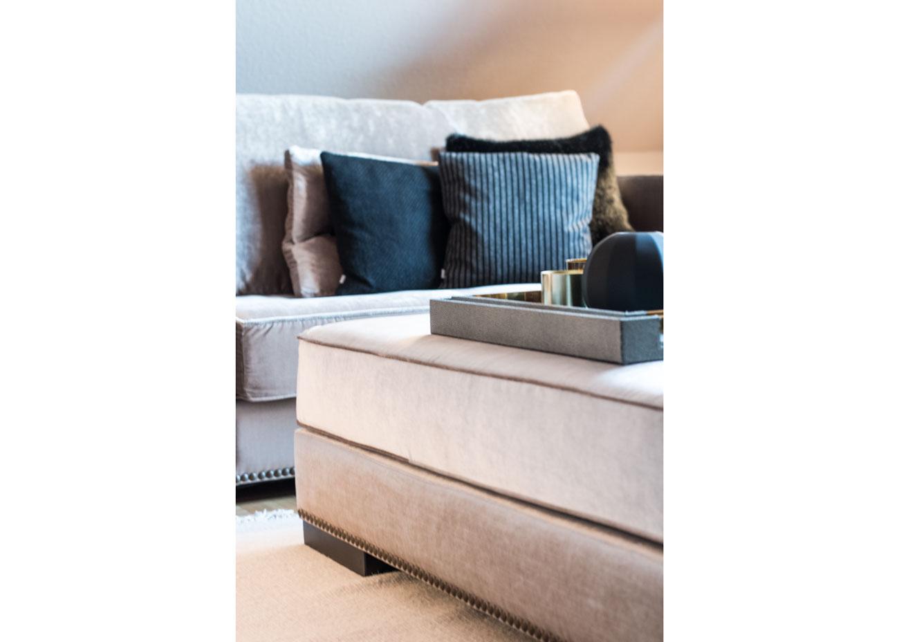 Wohnung renovieren wohnzimmer couch samt taupe kissen schwarz fell tablett