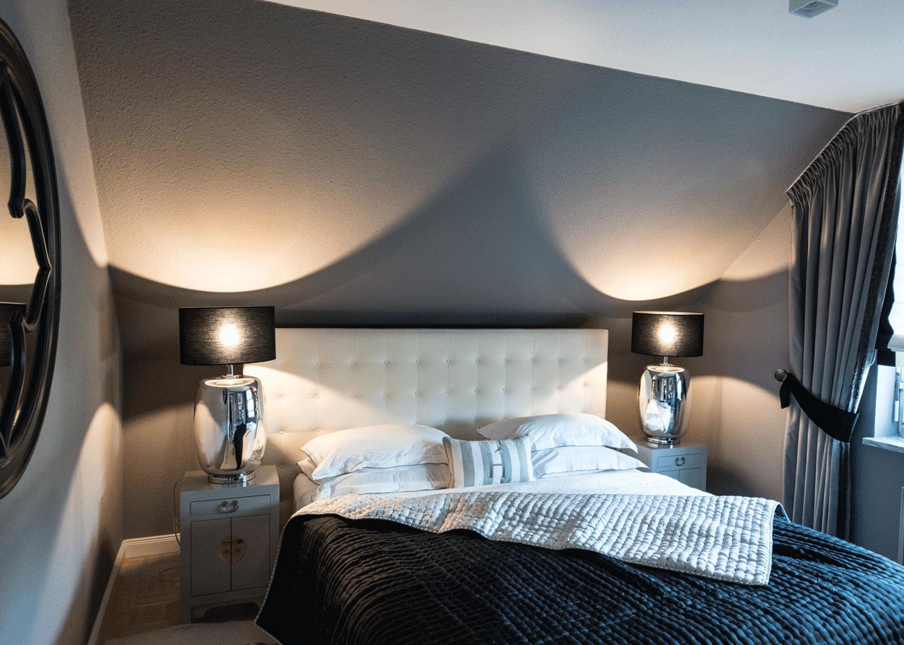 Wohnung renovieren schlafzimmer bett weiss dunkle wandfarbe leuchten schwarz