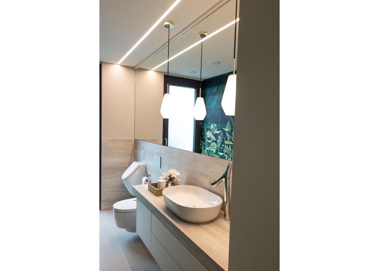 haus einrichten bad waschtisch leuchten tapete tropisch grün