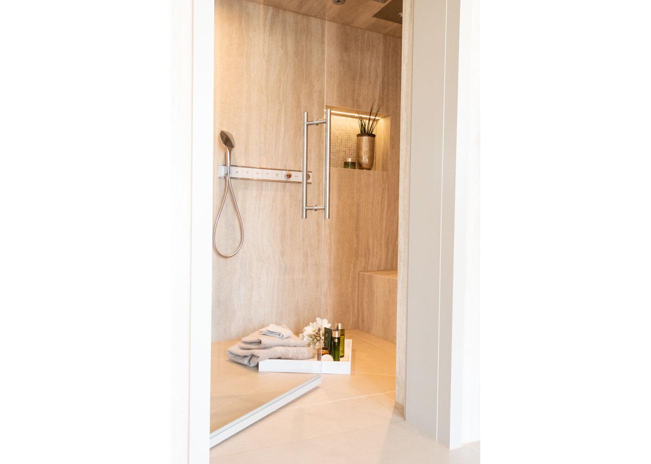 haus einrichten bad dusche mit nische und beleuchtung mosaikfliesen travertin fliesen