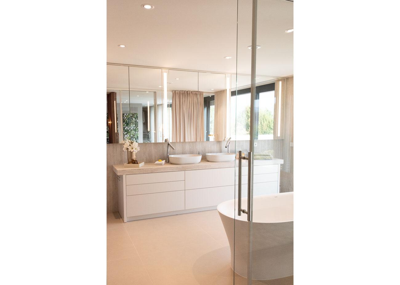haus einrichten bad waschtisch weiss badewanne spiegelschrank mit leuchten
