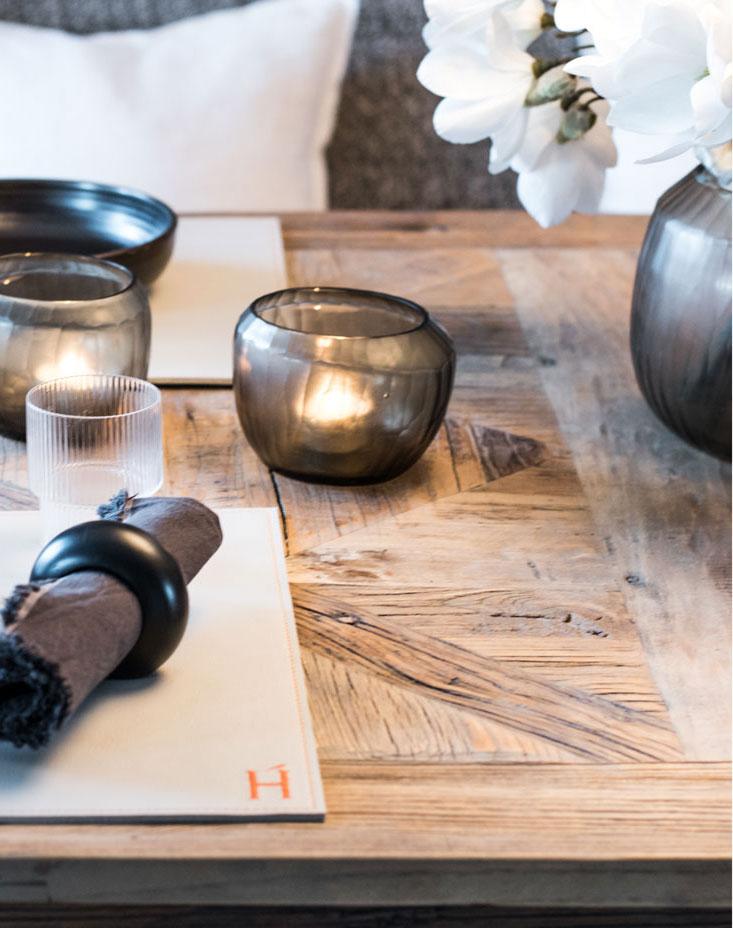 Wohnung renovieren gedeckter holz tisch