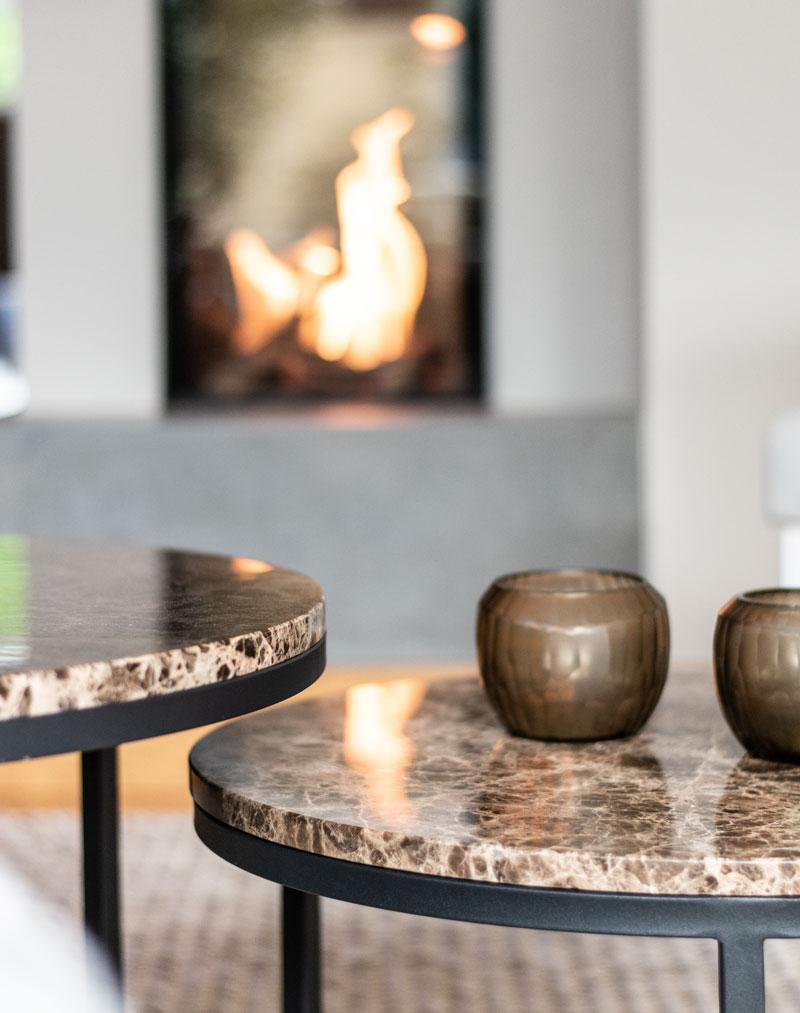 haus renovieren ideen kamin feuer brauner marmor tisch teelichter