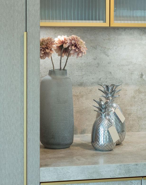 Ausstellungskonzept Küche keramik griffe gold