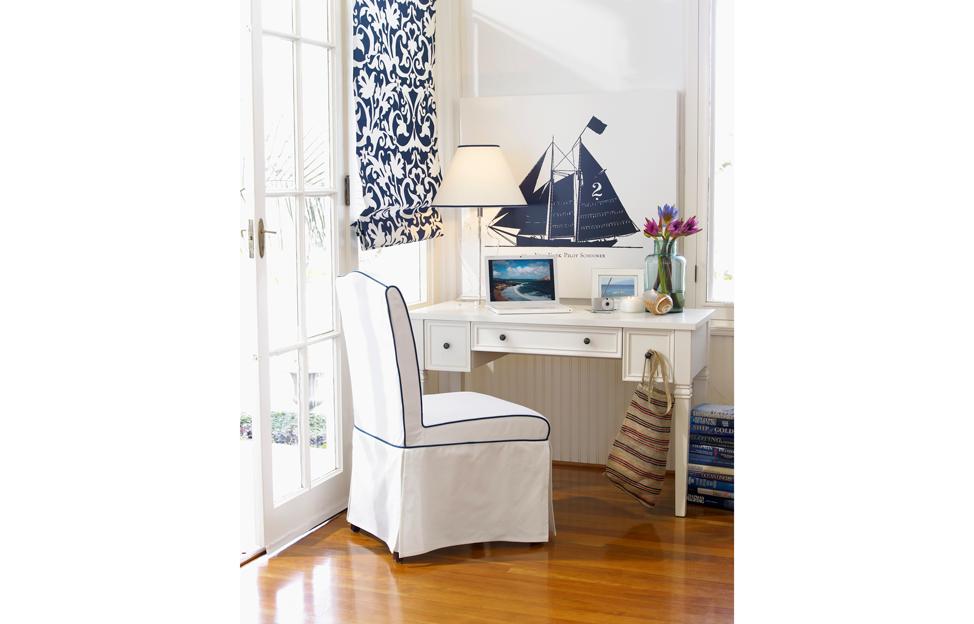 Wohnstile Landhaus Maritim weiss blau schreibtisch stuhl bild segelboot