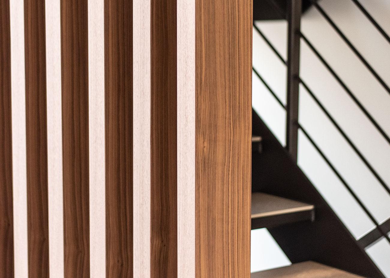 haus einrichten eingangshalle holzbalkenwand treppe