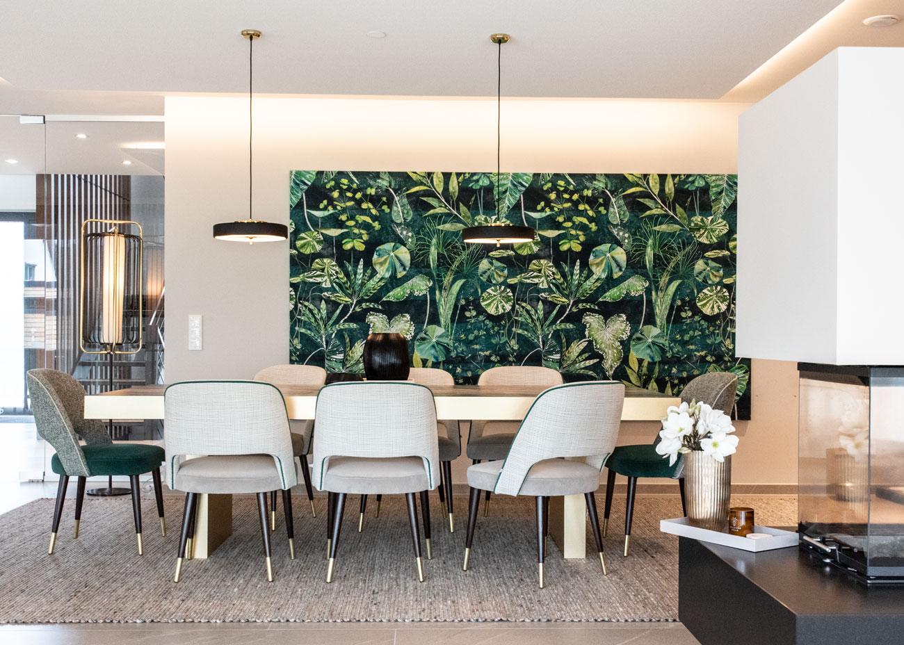 haus einrichten essbereich tisch messing stühle teppich hausbar leuchten kamin wandbild pflanzen