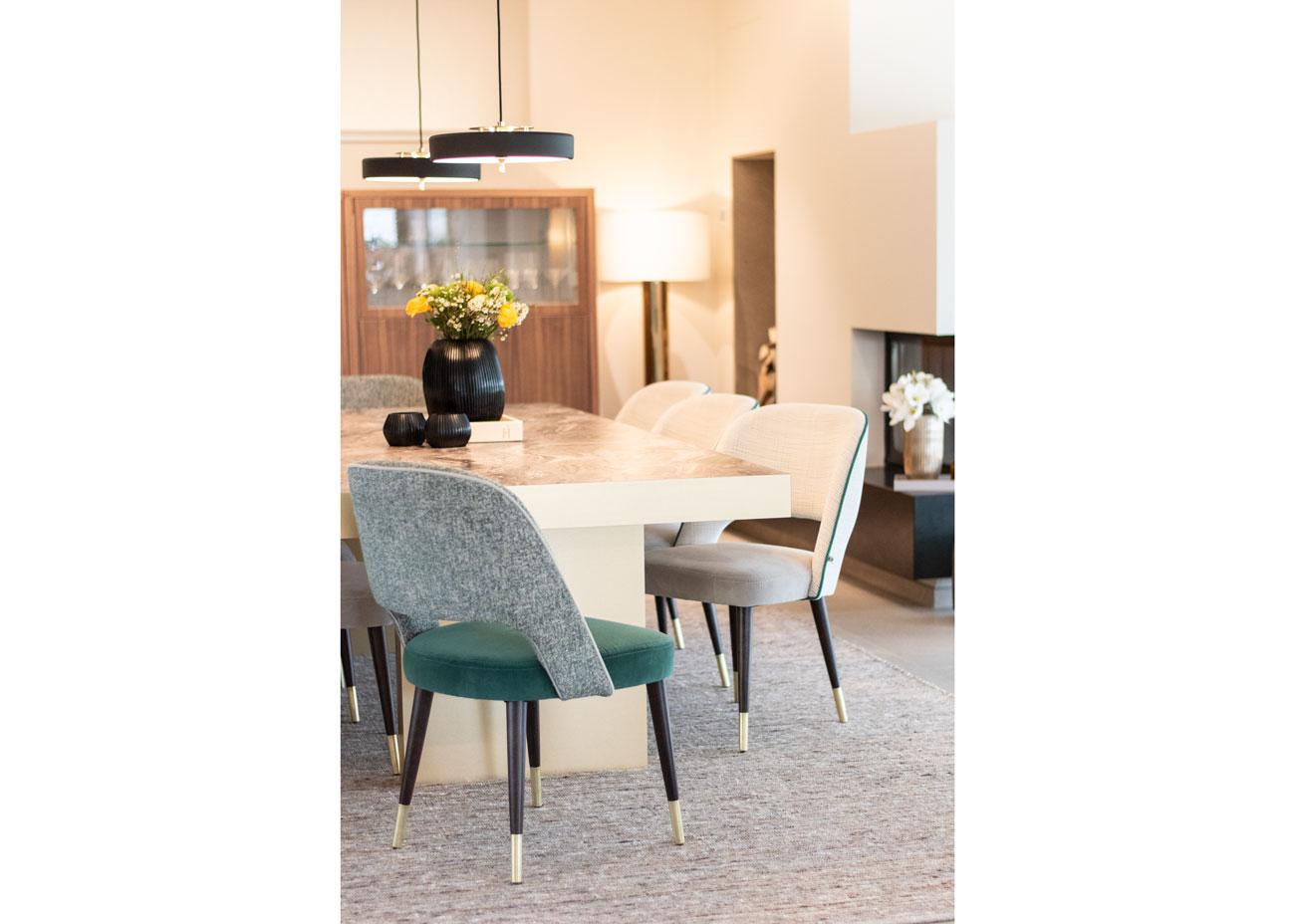 haus einrichten essbereich tisch stühle Vase mit blumen teppich kamin leuchten