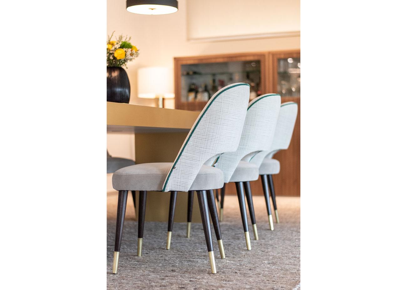 haus einrichten essbereich tisch stühle Vase mit blumen teppich kommode