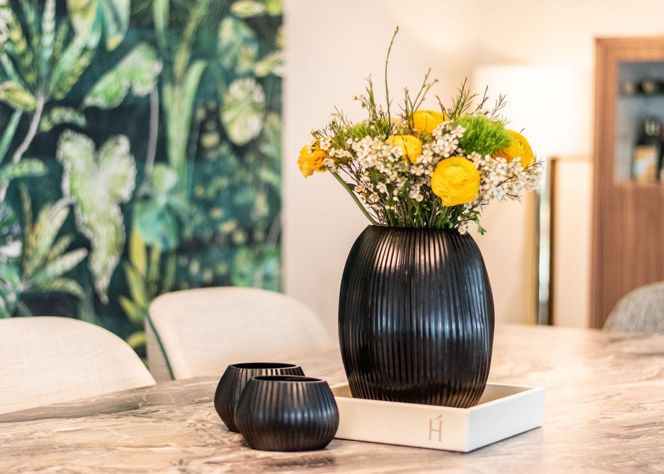 haus einrichten essbereich tisch stühle Vase mit blumen