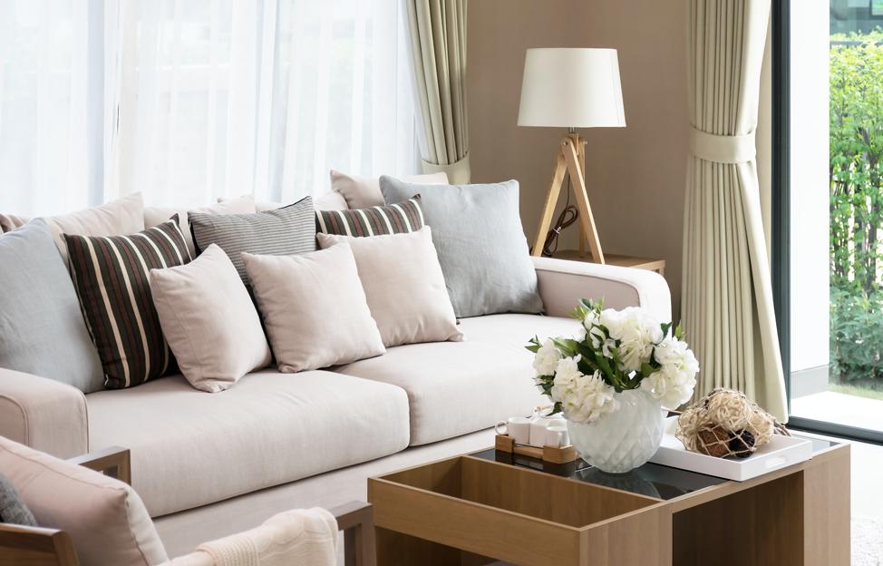 Wohnstile Glamour couch beige weiss kissen deko couchtisch leuchte