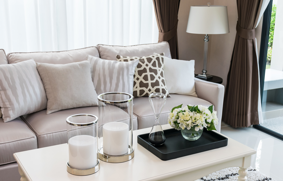 Wohnstile Glamour taupe weiss couch vorhänge leuchte couchtisch kerzen