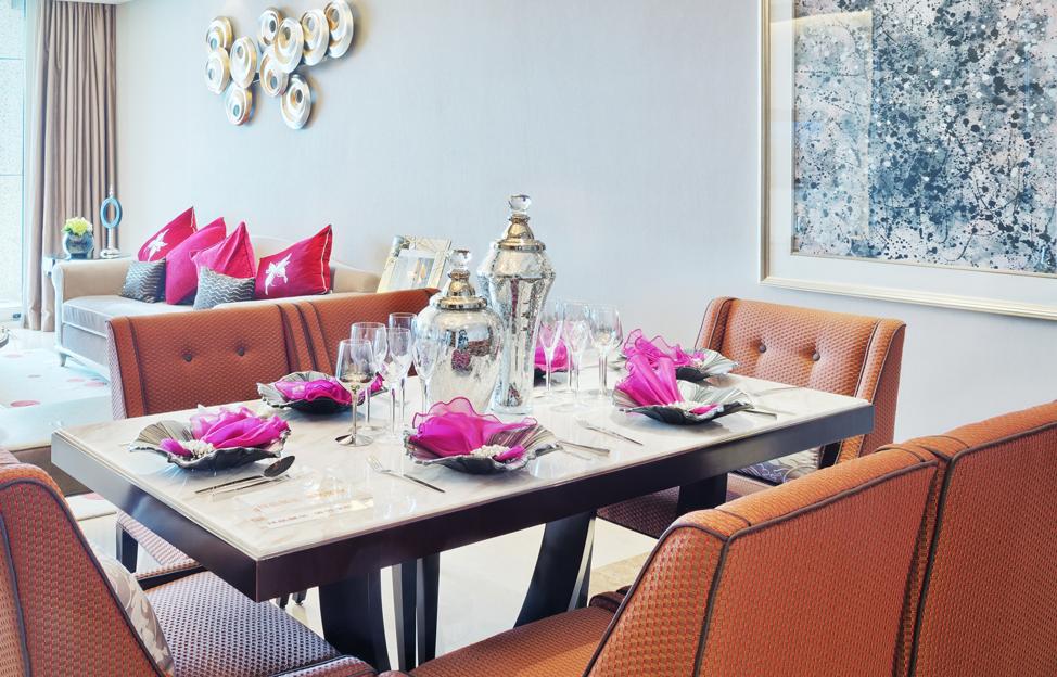 Wohnstile Glamour esstisch orange braun stühle gedeckter tisch