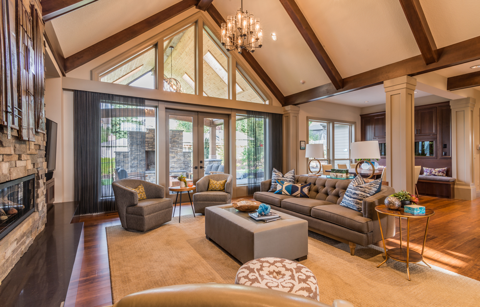 Wohnstile Glamour taupe gold couch beistelltisch kissen leuchte sessel offener wohnbereich