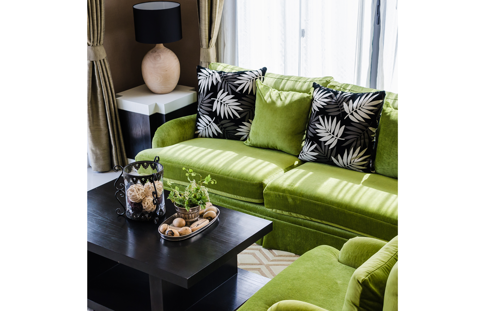 Wohnstile Glamour grün schwarz couch beistelltisch kissen leuchte