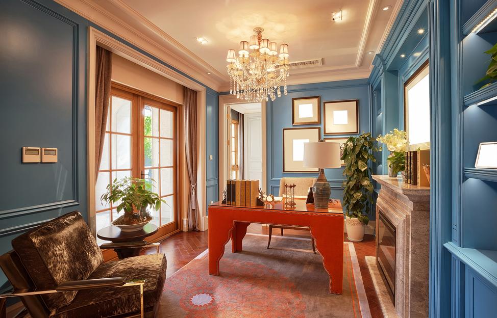 Wohnstile Glamour blau orage büro schreibtisch regal leuchter