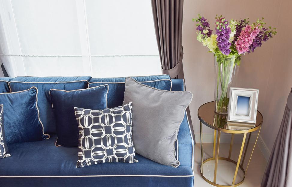 Wohnstile Glamour blau taupe couch vorhänge