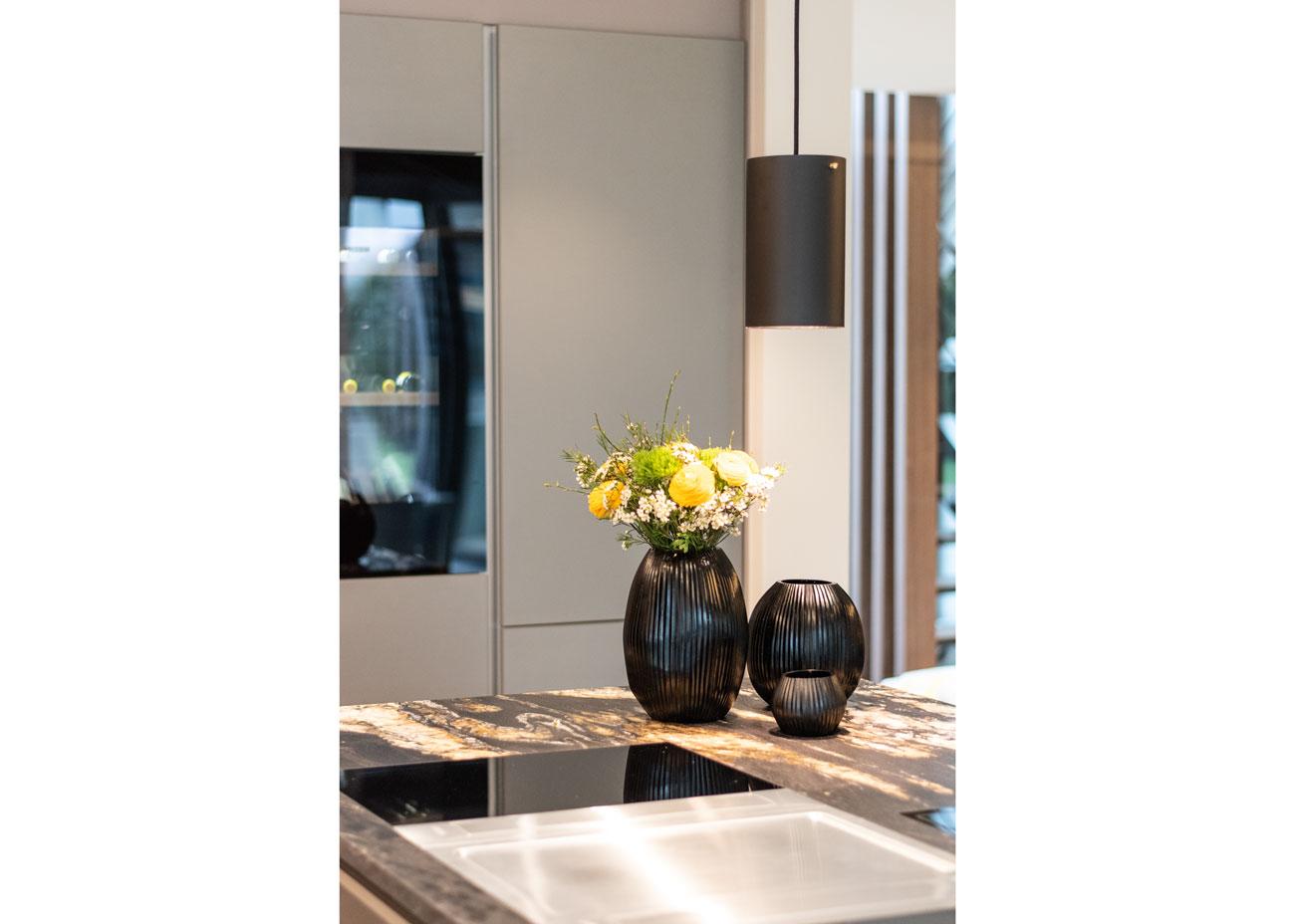 haus einrichten Küche natursteinplatte detail Vase pendelleuchte