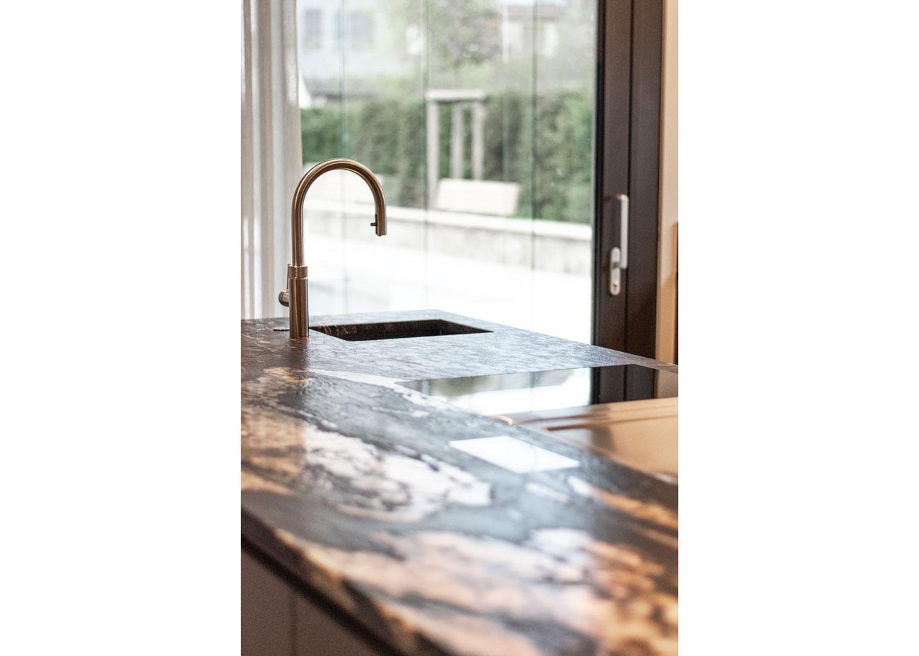 haus einrichten Küche glasfronten natursteinplatte waschbecken