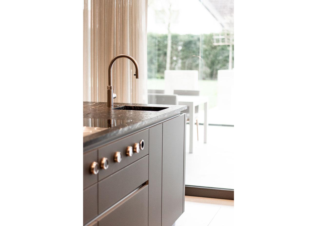 haus einrichten Küche glasfronten natursteinplatte vorhänge waschbecken
