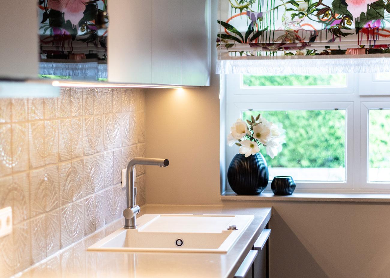 haus renovieren ideen küche rückwand gaudi fliesen taupe raffrollo spüle weiss