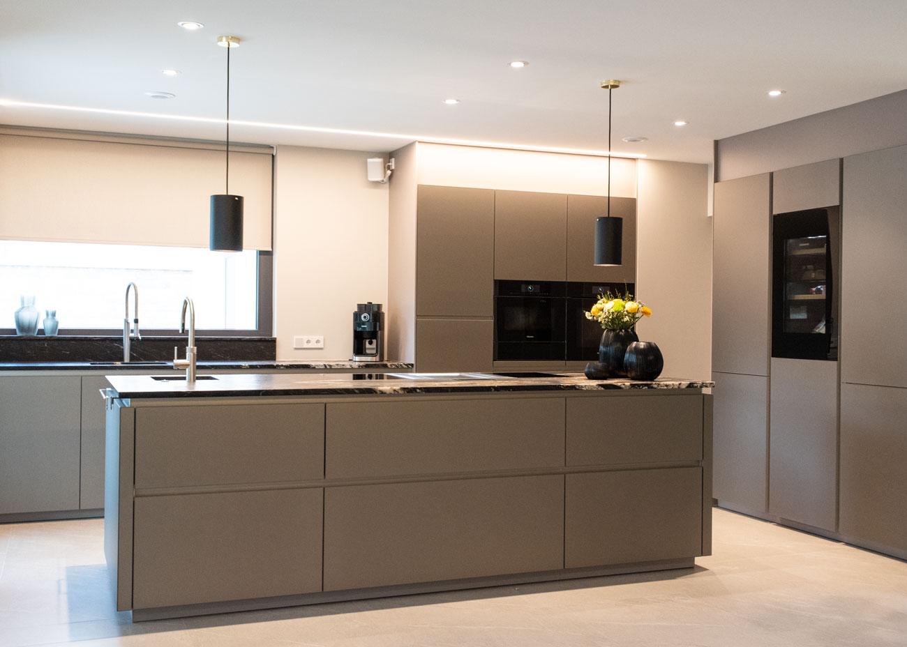 haus einrichten Küche glasfronten taupe leuchten schwarz