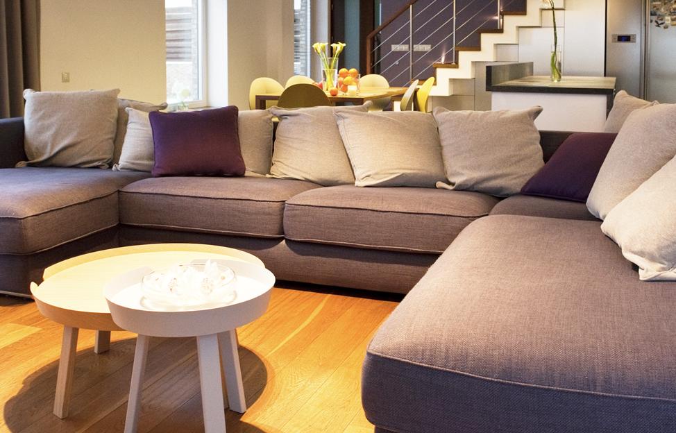 Wohnstile Modern parkett couch grau beistelltisch holz kissen