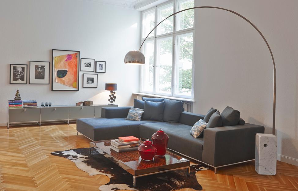 Wohnstile Modern fischgrätparkett couch bogenleuchte USM Möbel fellteppich